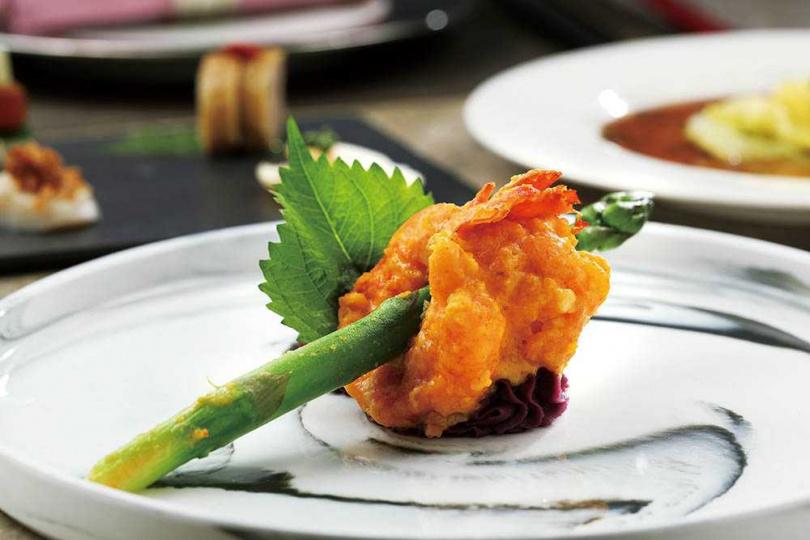 刻意降低油脂包覆的「金沙海大蝦」,更能嘗出海蝦豐美。(980元套餐主菜)(圖/于魯光攝)