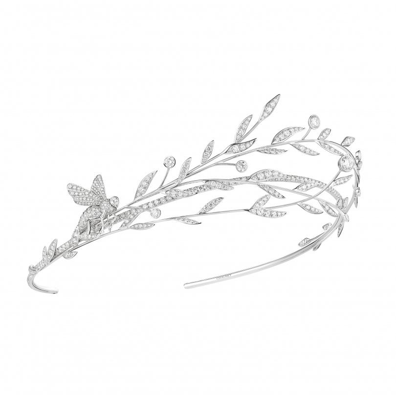 枝枒冠冕是由fils couteau ( 刀鋒) 工藝來表現出活潑且動感,蜜蜂可單獨拆下作為胸針配戴 。