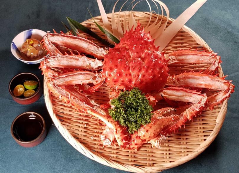 吃到飽餐廳推出揪團用餐,每8人免費送1隻帝王蟹。(圖/旭集提供)