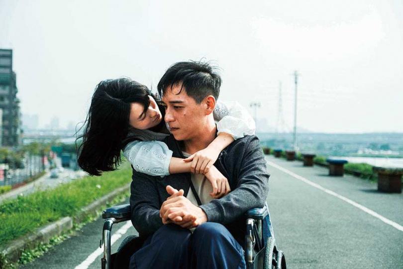 飾演身障者的鄭人碩與封閉少女邱偲琹相遇,兩人互相彌補了彼此的空虛。(圖/威視提供)