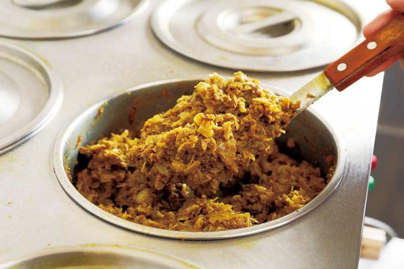 本身香氣重的羊絞肉加入大量洋蔥、大蒜炒過,再以孜然、茴香等香料熬煮。(80元)(圖/于魯光攝)