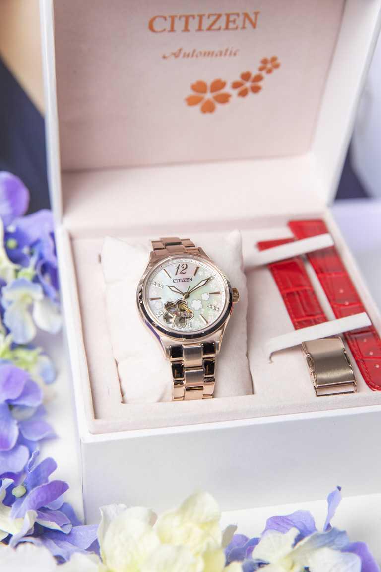 CITIZEN「Lady's」系列「亞洲櫻花限定版」機械腕錶(型號PC1018-69D)╱不鏽鋼錶殼,8229型自動上鏈機芯,34mm,18,800元。(圖╱CITIZEN提供)