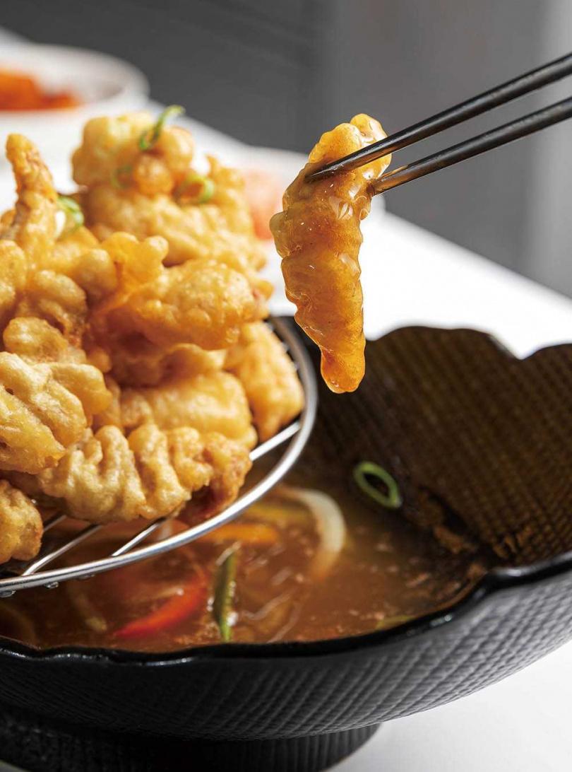 「韓式糖醋肉」的酸甜醬混合了醬油、醋、糖與少許番茄醬,並加入甜椒段,讓顏色更漂亮。(299元)(圖/焦正德攝)