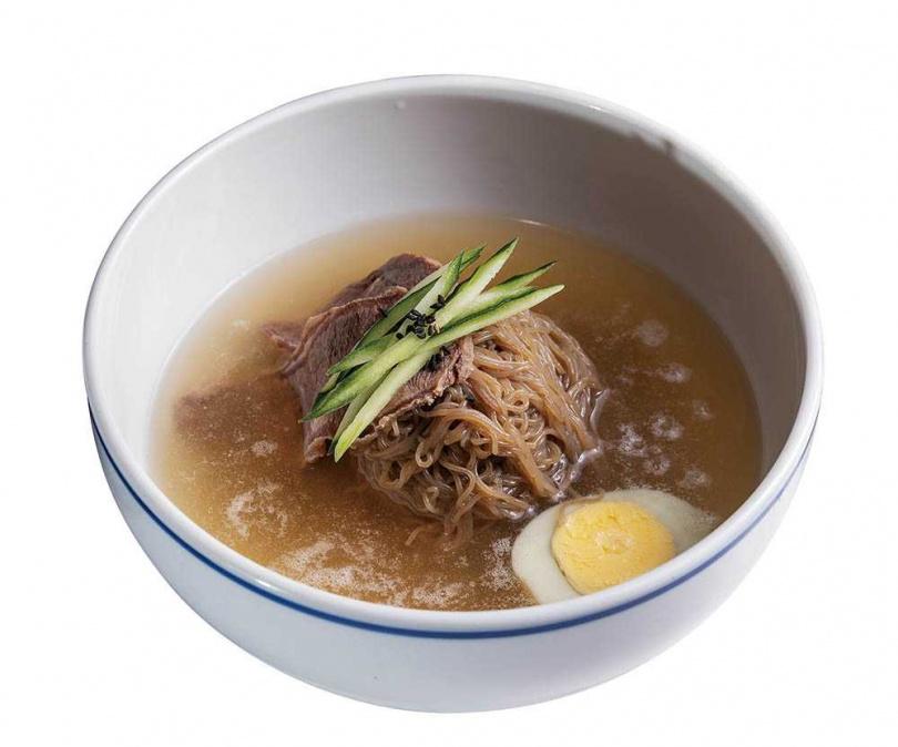 傳統的「冷麵」會使用牛骨湯,但店家認為偏濁的湯色不為台灣人喜愛,於是改以雞肉、牛肉和蔬菜一同熬湯。(259元)(圖/焦正德攝)