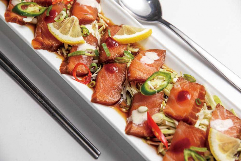 「韓式醬生鮭」的擺盤融入西餐手法,醃漬鮭魚的醬料風味不會太重,還帶有檸檬清香。(449元)(圖/焦正德攝)