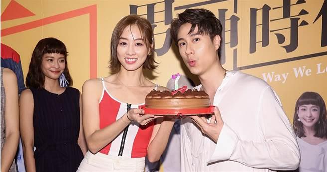 夏語心端出蛋糕為劉書宏慶生。(圖/東森提供)