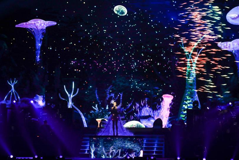身穿全世界唯一的3D列印的「巔峰之衣」,莫文蔚化身深海精靈開唱。(圖/張祐銘攝)