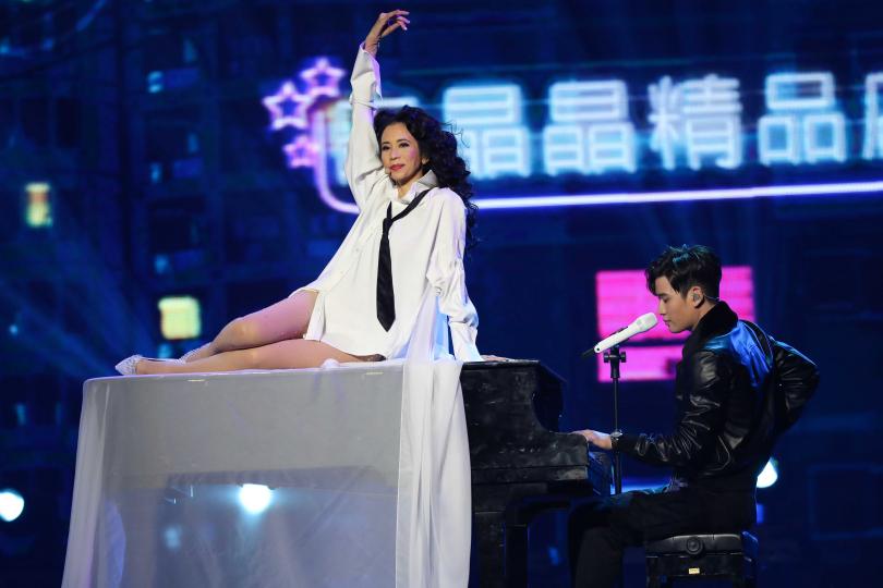 師弟周興哲也特來幫莫文蔚台北終場演出站台,兩人合唱〈可惜了〉。(圖/焦正德攝)