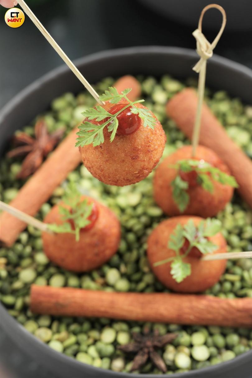 印度傳統的手壓馬鈴薯煎餅AlooTikki,在Saffron 46主廚巧手下變為可愛的球狀!