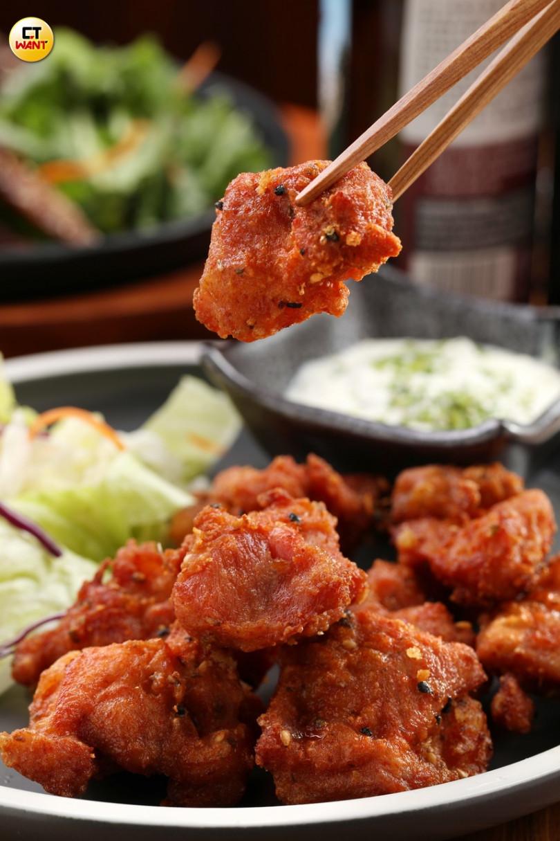 (南蠻風炸雞)多汁的炸雞塊,塔塔醬與酸甜鹹辣的南蠻醬汁,交織出不敗的風味!