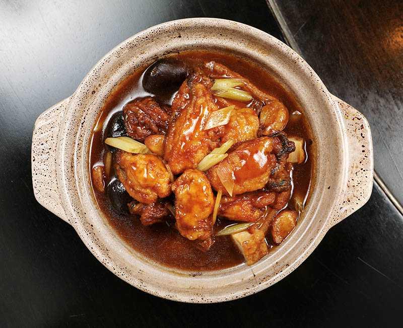 「古法廣島蠔煲」的做法是將日本廣島生蠔裹粉後,先炸再煲,鎖住生蠔的鮮甜。(980元)(攝影/于魯光)