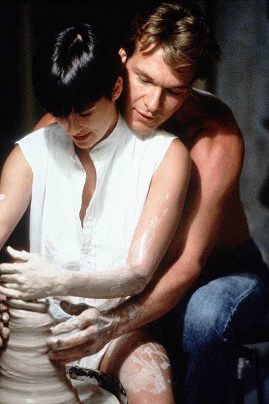 派屈克史威茲和黛咪摩爾抱在一起拉坏,是《第六感生死戀》的經典橋段,之後還被許多影視作品模仿。(圖/捷傑電影提供)