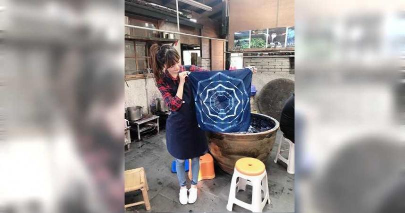 參與卓也藍染手作體驗,體驗台灣天然染色的傳統文化。(圖/IG @hybb126提供)