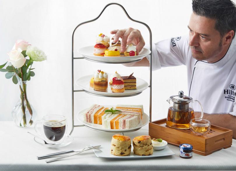 英式下午茶甜點及行政主廚Robert Hope。(圖/台北萬豪酒店提供)