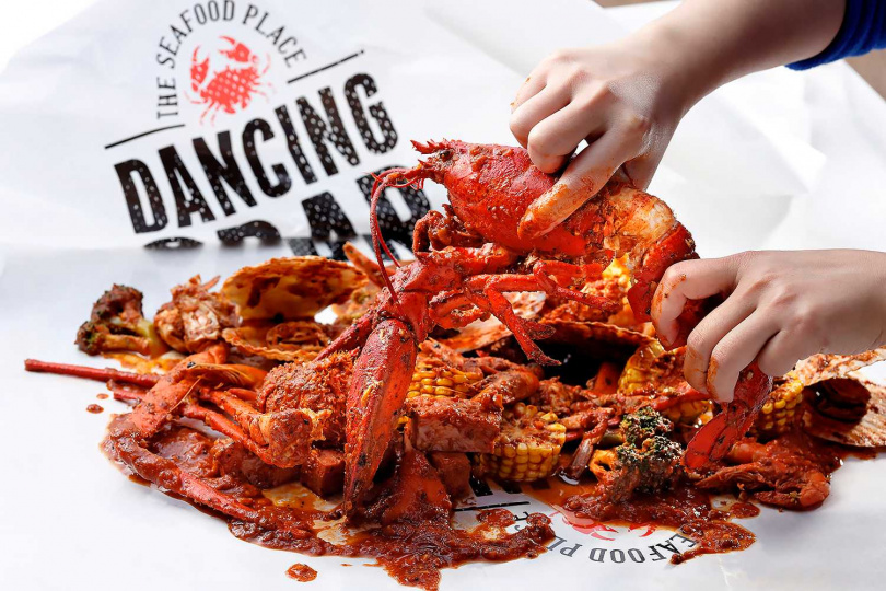 「寵愛女王餐」讓你豪邁地將整包手抓海鮮帶回家和媽媽分享!(圖片提供/Dancing Crab蟹舞)
