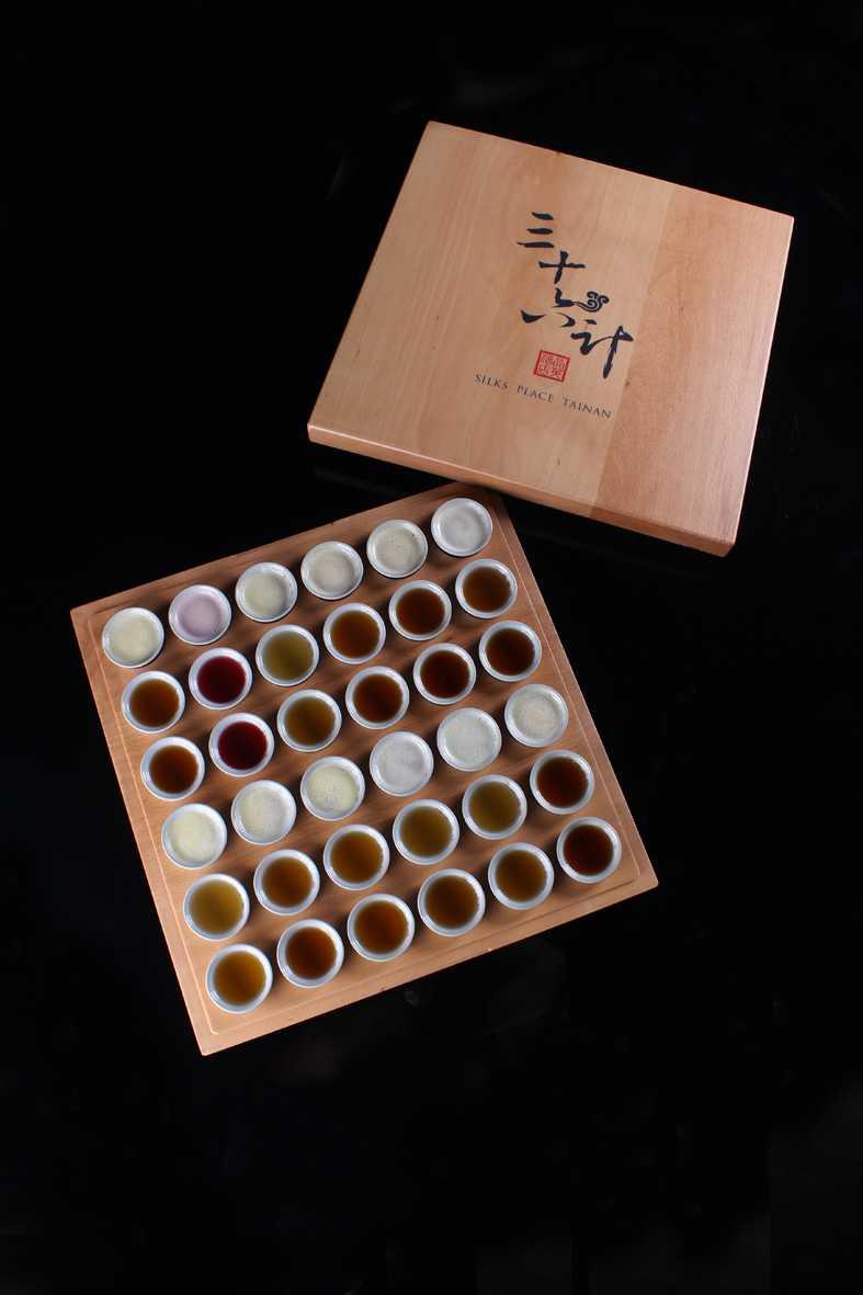 「三十六計調酒SHOT盤」結合了六款台灣茶與六款西方茶,研製出三十六支茶酒。(圖片提供/台南晶英酒店)