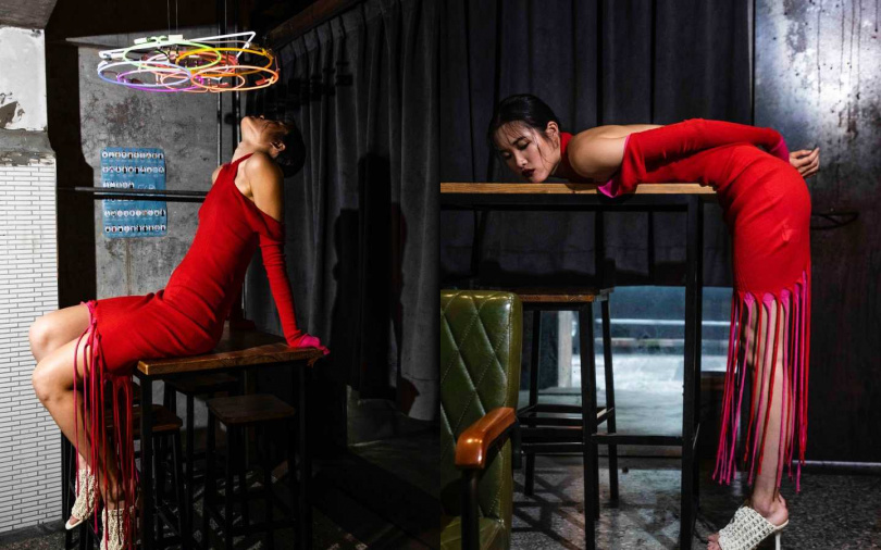 BOTTEGA VENETA 高領挖背針織流蘇洋裝/74,100元、蠟白鉤織小牛皮高跟鞋/53,100元(圖/莊立人攝)
