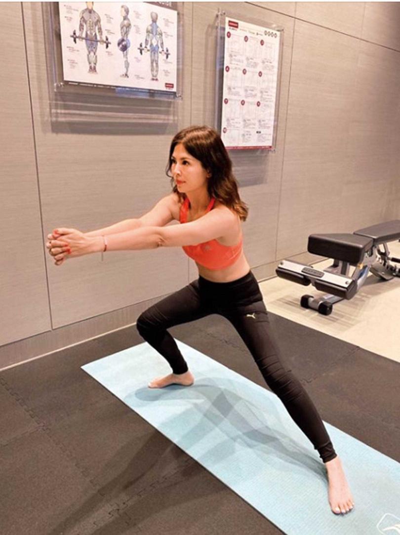 提到保養祕訣,王百瑜表示除了吃得少且營養均衡,還要保持運動習慣。 (圖/翻攝自王百瑜臉書)