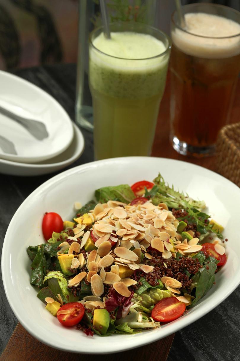 淋上自製芥末油醋的「菠菜藜麥莎拉」,因添了藜麥而有豐富蛋白。(300元)