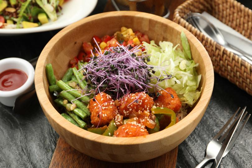 有米飯襯底的「糖醋天貝大碗公」,加入莎莎醬及生菜,清爽又飽足。(300元)