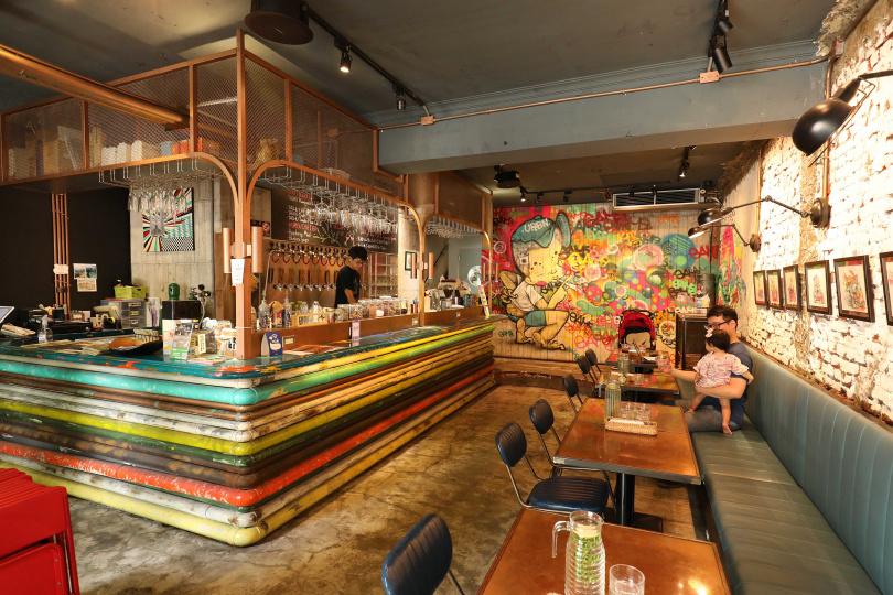 以藝術畫作妝點空間,讓用餐環境洋溢藝廊氛圍。