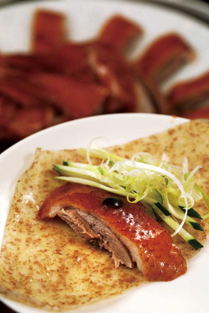 「秘製脆皮鵝」幾乎每桌必點,肉質細嫩多汁,皮脆肉香。(3,480元,需預訂)(圖/于魯光攝)