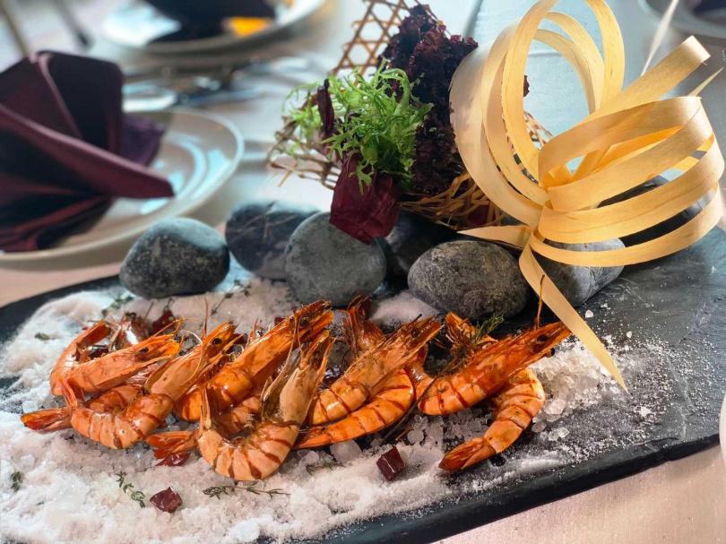 義大皇家酒店推出星光宵夜,許多異國料理可供民眾選擇。