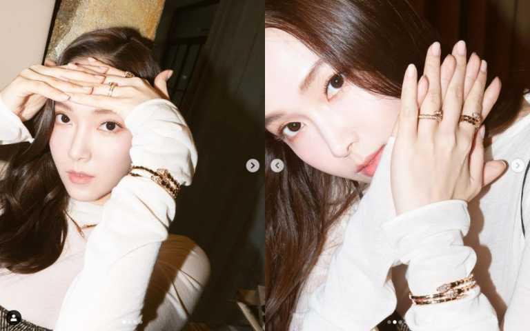 鄭秀妍(Jessica)一身潔白高領上衣襯托出Serpenti Viper玫瑰金項鍊及戒指的高雅神秘。(圖/IG)