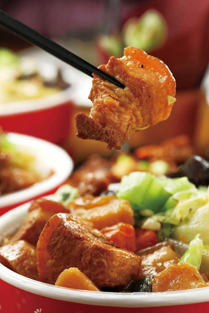 「馬鈴薯燉肉」雖然是中式滷法,卻加入月桂葉、奧勒岡等義大利香料,增添特殊香氣。(100元)
