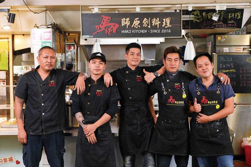 「馬師原創料理」的老闆馬才淯(中)與團隊夥伴合作無間。