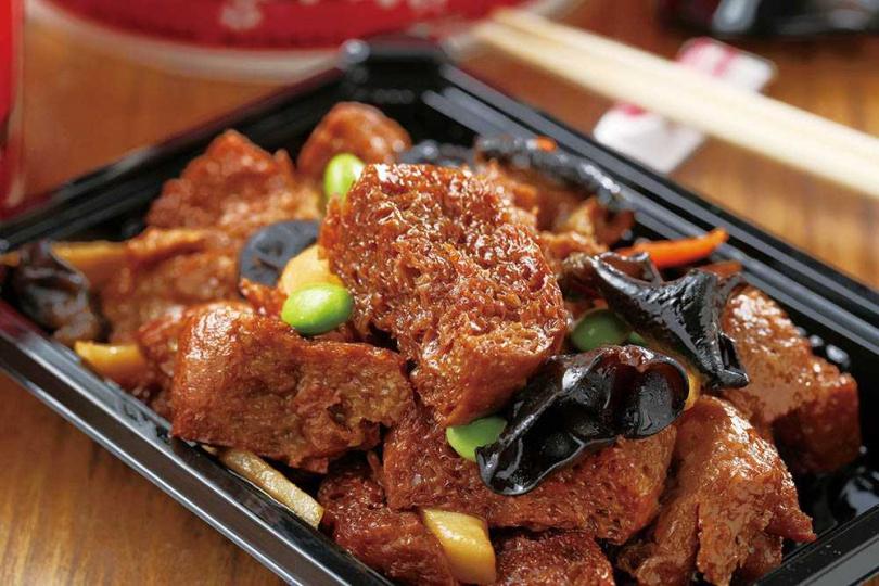 單點年菜「團圓大四喜烤麩」是浙江著名的冷盤菜,烤麩吸飽湯汁,入味有嚼勁。(320元)