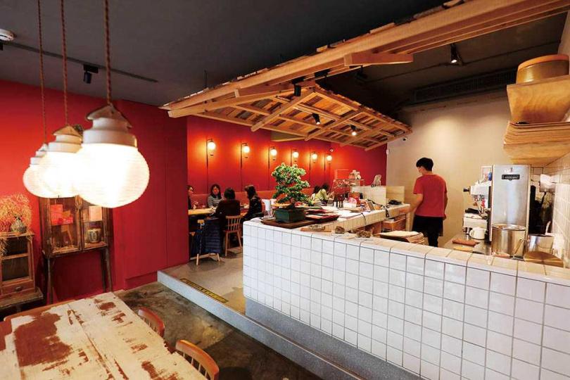 「鬧聚Hubbub」使用一般麵館少見的紅色系,隱含店名想傳遞的熱鬧歡愉和人情味。(圖/于魯光攝)(圖/于魯光攝)