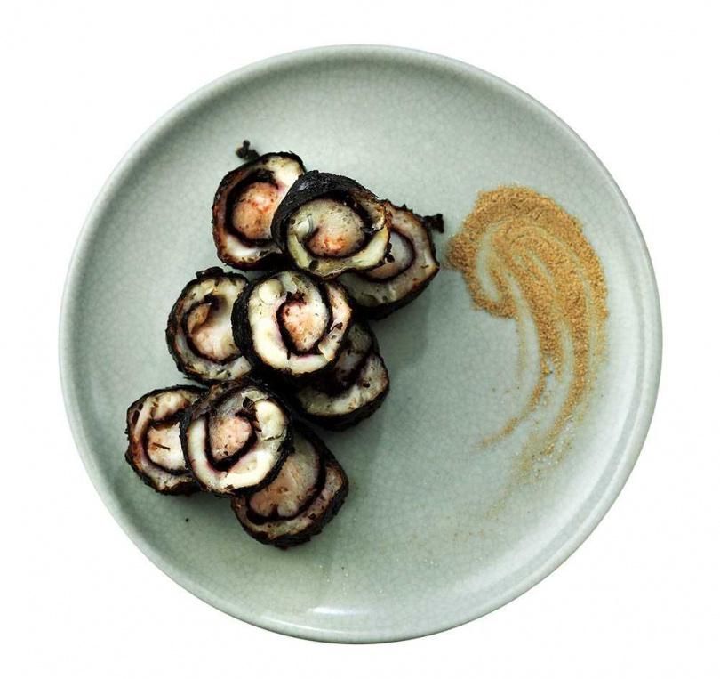 「酥炸花枝海苔捲」融合新鮮的花枝漿與蝦漿,再以海苔包裹,因油炸時間短,外層仍保持酥脆。(158元)(圖/于魯光攝)