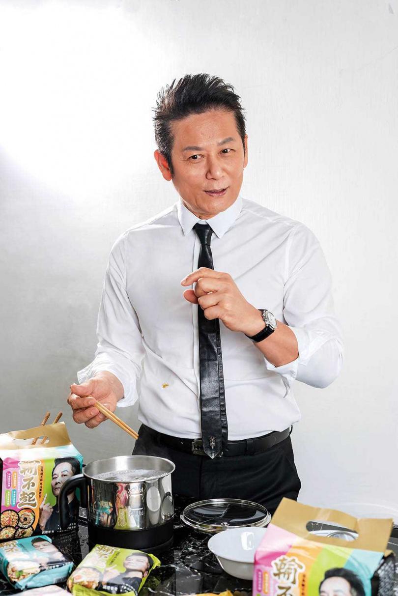 徐乃麟親自下麵介紹自家產品,其中僅有麻醬口味使用細麵,是為了更容易入味。(攝影/張祐銘)