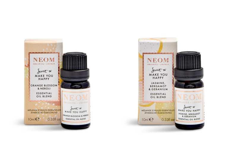 (左) 沉浸在蜂蜜般甜美的茉莉花,以及提振平衡的天竺葵花香中。微風中還帶有廣藿香和含羞草小樹枝木香,清新又提振。NEOM 幸福朝露精油 10ml/1,350元。(右)撫慰心靈,擺脫焦慮不安的情緒。從摩洛哥與義大利來的橙花綻放出優雅的花香。與散發陽光般撫慰溫暖的卡拉布里亞柑橘,點綴來自印度的晚香玉,與巴拉圭野地生長的苦橙葉及等精油混合,帶來舒緩和提振的功效。NEOM幸福之鑰精油10ml/1,350元(圖/品牌提供)