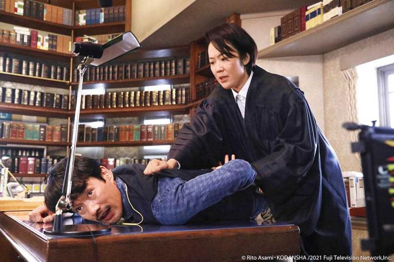 劇中竹野內豐的行事作風太不像法官,讓誤以為他是怪人的黑木華當場出手壓制。(圖/fiDay影音提供)