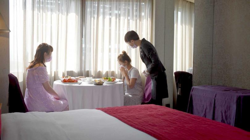 君品酒店推出「一泊二食 君品宅饗宴」住房專案,住客可在客房中享受美食。(圖/雲朗觀光集團提供)