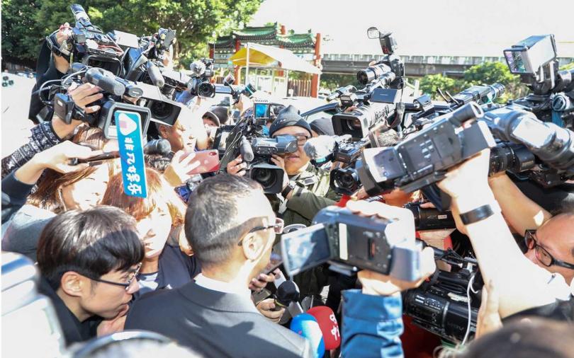 浙江衛視總監林湧現身離開立即遭媒體圍堵。(攝影/焦正德)