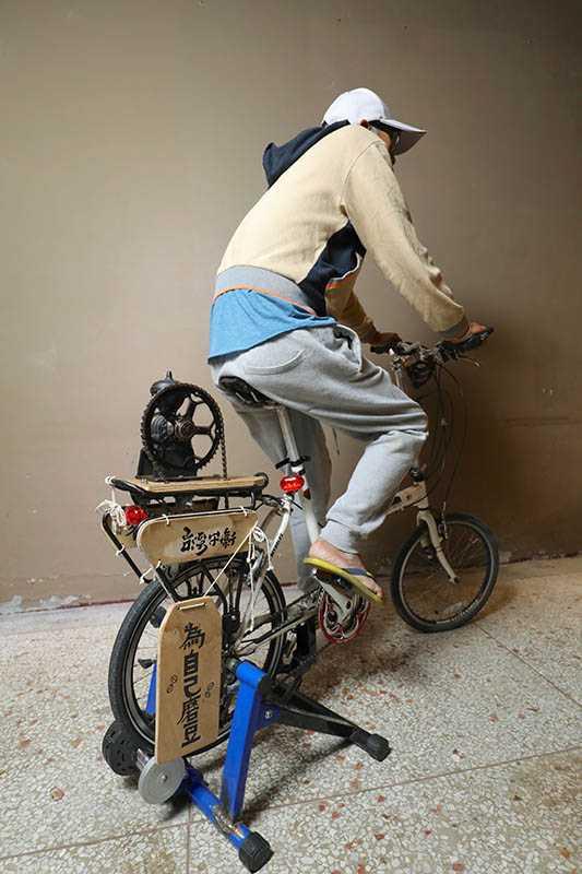 Ba han han non好茶咖啡工作室有一台腳踏車磨豆機,旅人可試著踩磨咖啡豆,是相當新奇的體驗。(圖/施岳呈攝影)
