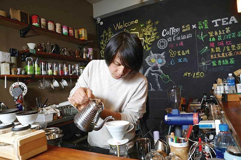 彭瑋翔自創咖啡品牌「鑽石迦納納」,將咖啡館結合「吉林茶園」,豐富遊客的體驗。(圖/施岳呈攝影)