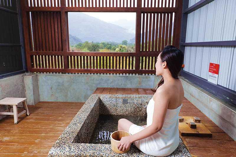 在「松邑莊園」雙人日式湯屋,可享受黃金湯與星空美景(非住客平日1,000元起,限60分鐘;住客免費,房價線上早鳥3,700元起)。(圖/施岳呈攝影)