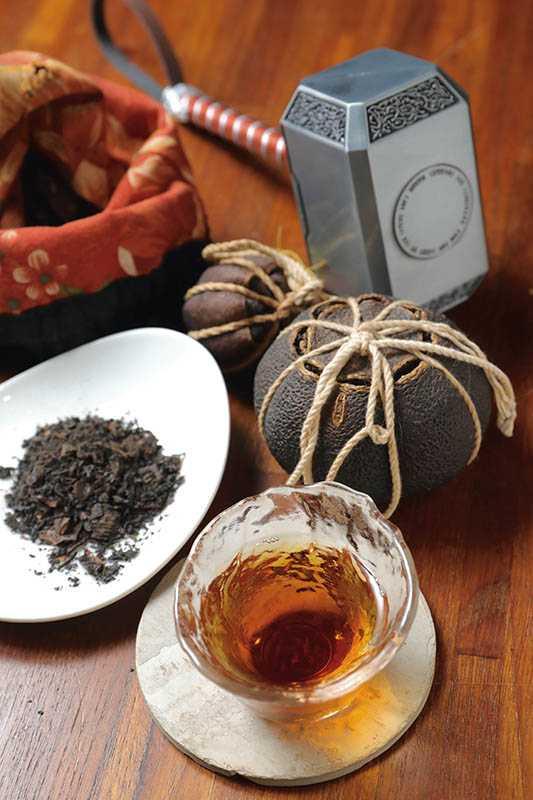 將茶石敲碎泡茶,品嘗DIY蜜香紅茶與檸檬交織的微酸香氣(600元起/人)。(圖/施岳呈攝影)