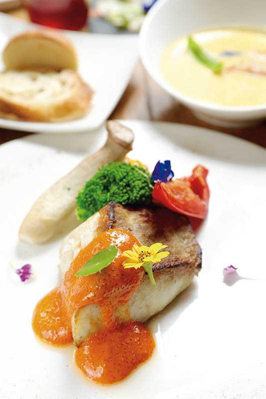 「松邑莊園」提供預約制主廚套餐,主餐有乾煎白油魚配奶油海膽汁等(午餐1,600元;晚餐2,000元)。(圖/施岳呈攝影)