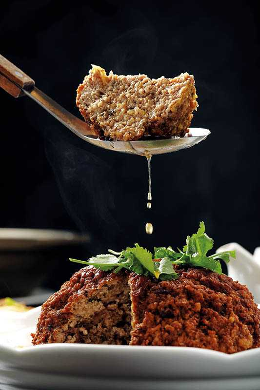 純手工打製的巨型「梅菜獅子頭」,可從外吃到醬香,由內吃到肉甜,鋪墊的滷白菜更是爽口入味。(八百六十元/需三天前預定)(攝影/于魯光)