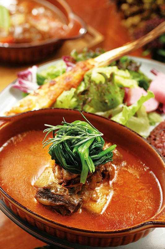 「紹興酒燉牛小排」用來自南投埔里的紹興酒,讓軟嫩的牛小排飄散酒香。(580元)(圖/于魯光攝)
