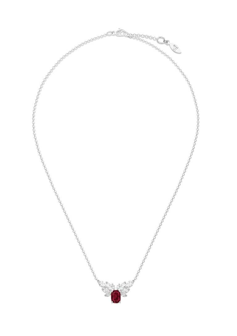 PIAGET「Treasures Collection」系列,18K白金紅寶石高級珠寶墜鍊。(圖╱PIAGET提供)