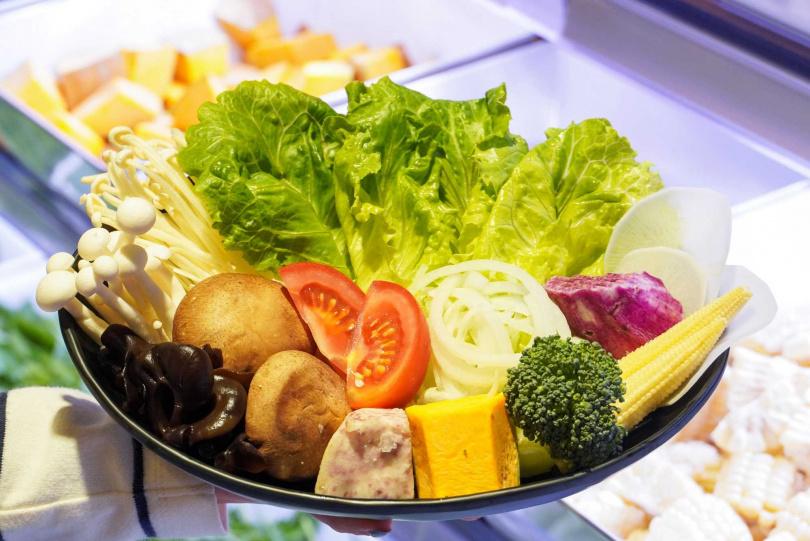 餐檯上約有40種時蔬可供選擇夾取。(圖/東吉水產超市火鍋提供)