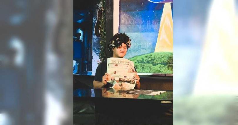 MV裡史蒂芬大展演技分飾5角,還不惜扮醜反串逗趣包租婆。(圖/混血兒娛樂提供)