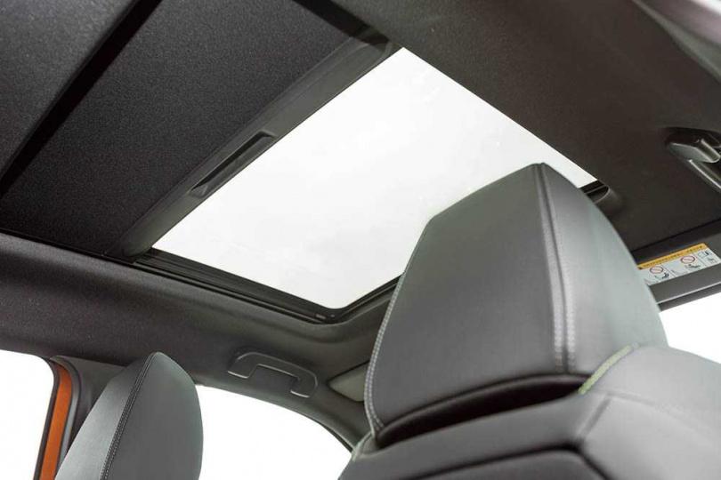 可開啟的全景式天窗是GT Cielo車型獨有,與車室之間以深色遮陽簾隔絕。(圖/張文玠攝)