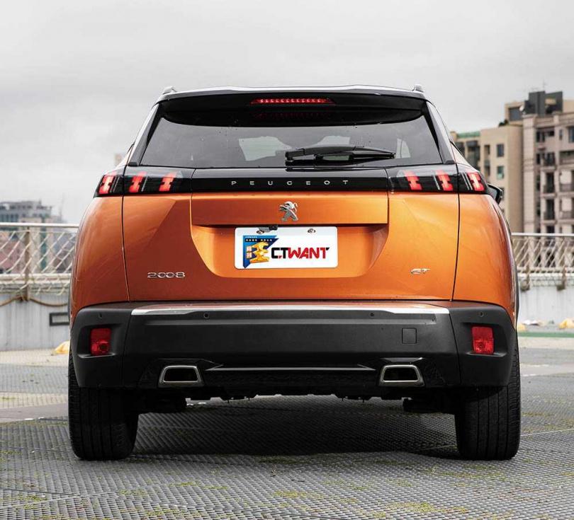 尾燈組以深色飾板連接,使上下分層明確,也讓車體看起來更俐落。(圖/張文玠攝)